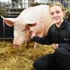 Bild av en student och en gris