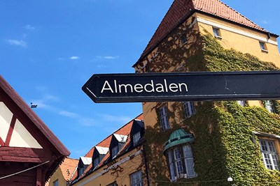 A sign in Visby showing the road to Almedalen.