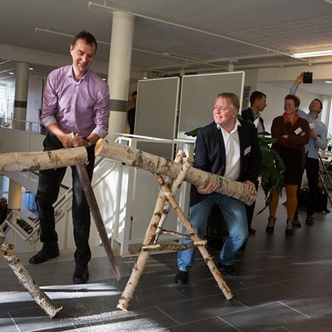 Erik Fahlbeck, vicerektor vid SLU, och Johan Fransson, prefekt vid institutionen för skoglig resurshushållning, SLU, vid invigningen av Skogsdatalabbet. Foto: Andreas Palmén