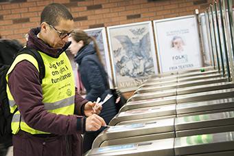 Foto på provtagning i Stockholms tunnelbana