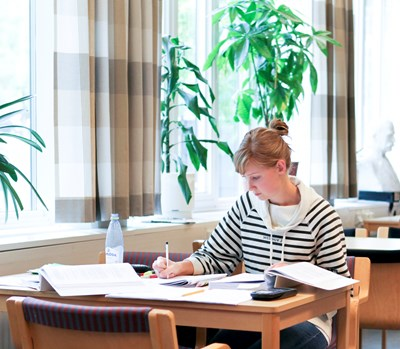 Female student studying in the library, photo.
